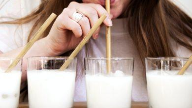 kobieta pije mleko